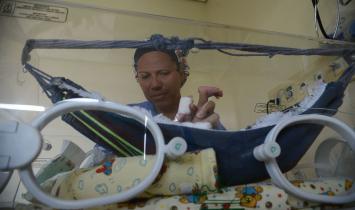 Prática que ajuda a salvar bebês prematuros completa 40 anos