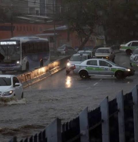 Grupo de Emergência em Alagamentos realiza intervenções em vias do município
