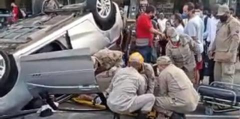 Vídeo: Acidente na Avenida 28 de Março deixa ocupantes feridos após carro capotar, em Campos