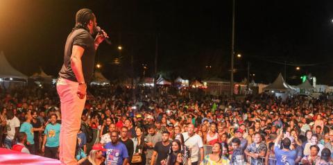 Com ou sem chuva, público lota Arena Show Farol e samba com Xande de Pilares