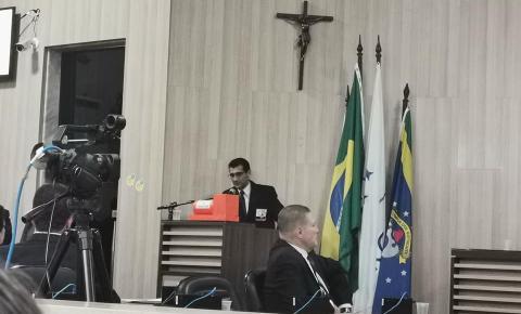 Vereador Cabo Alonsimar leva caixa preta para a Câmara