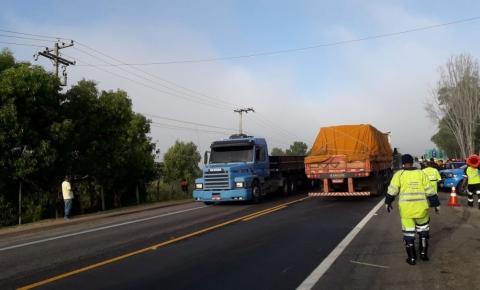 Acidente entre caminhão e moto deixa uma pessoa morta na BR-101
