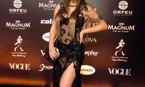 Com look transparente, Paula Casimiro é destaque no Baile da Vogue