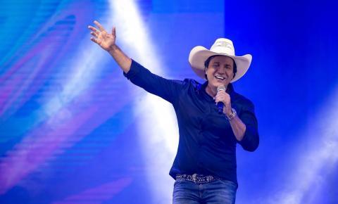 Cantor sertanejo morre depois de infarto durante show