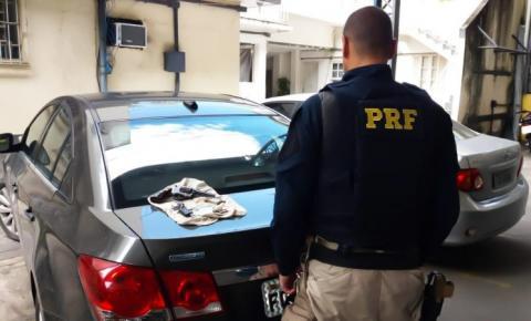 Homem é preso com carro roubado e arma de fogo em Campos