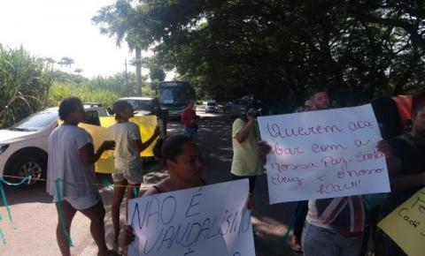 Famílias de Santa Cruz protestam contra leilão de antiga usina