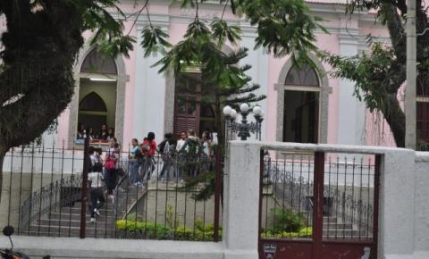Morre no HFM estudante baleado em frente à colégio no Centro