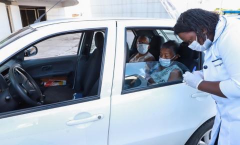 SMDHS leva ao drive thru de vacinação idosos atendidos nos programas sociais
