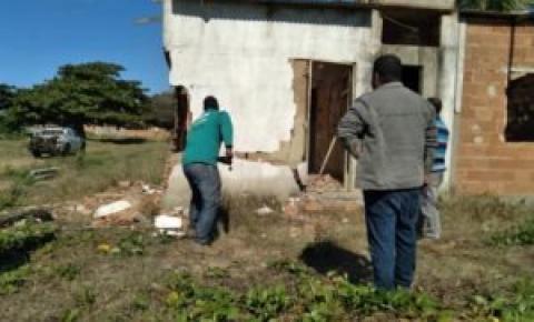 Operação retira demarcações irregulares em Área de Preservação Permanente na localidade de Barra em São Francisco de Itabapoana