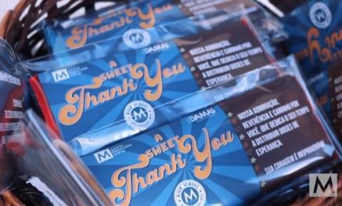 Todos contra o novo Coronavírus: estudantes distribuem chocolates para enfermeiros em postos de vacinação