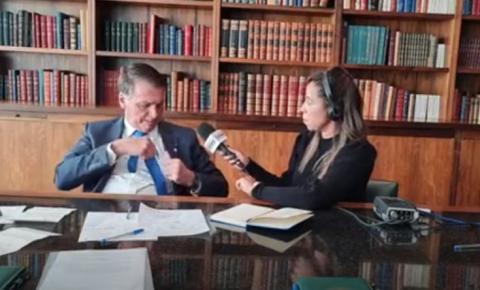 """Bolsonaro pede moeda a repórter para """"provar"""" fraude nas urnas eletrônicas"""