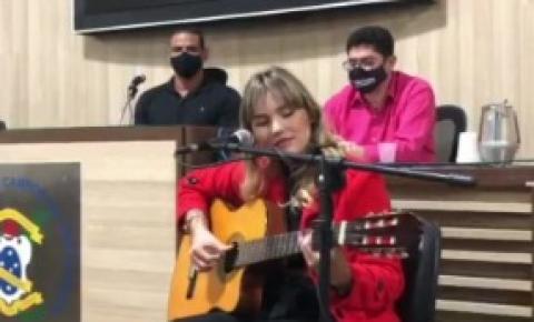 Vereador Maicon Cruz aposta nos talentos de Campos e leva cultura à Câmara de Vereadores; cantora é destaque