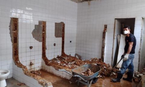 Banheiro fechado no Mercado Municipal de Campos causa transtornos e é motivo de denúncia