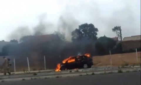 Vídeo: Carro pega fogo na Avenida Nossa Senhora do Carmo em Campos