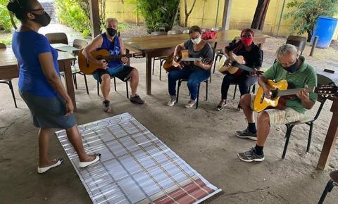 Oportunidade: Aulas de violão e canto coral para idosos na Policlínica da Terceira Idade